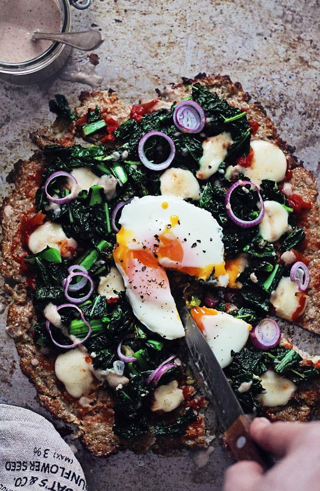Cauliflower crust pizza with kale, poached egg and roasted garlic sauce | TheAwesomeGreen.com