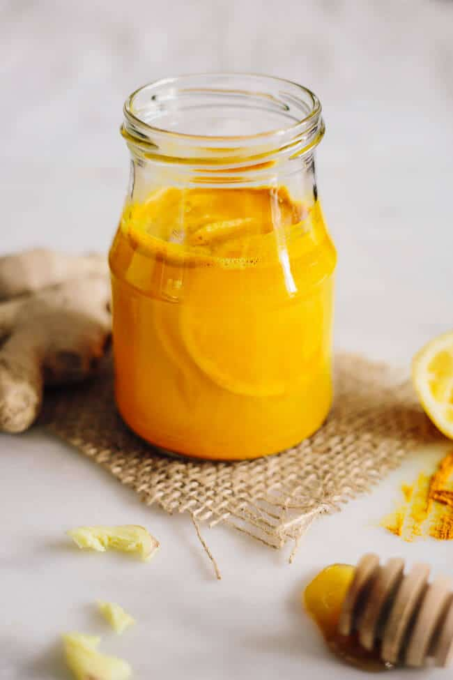 Turmeric lemon tonic to activate metabolism and the natural detox process #ginger #detox | TheAwesomeGreen.com