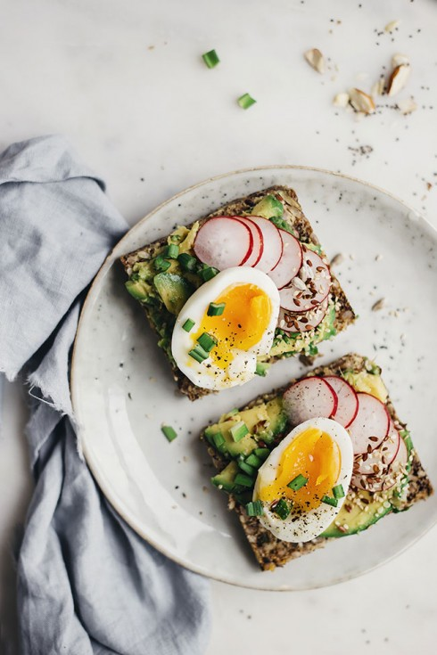 The healthiest spring sandwich, with avocado and egg on top of a super-seed bread - fiber, protein and minerals in one bite #vegetarian | TheAwesomeGreen.com