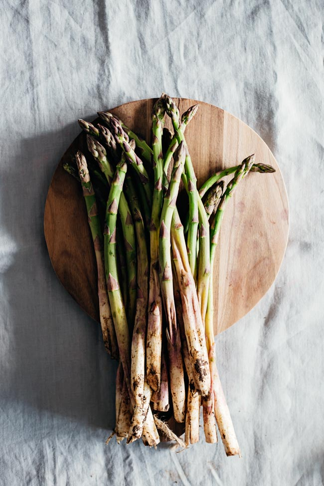 Fresh asparagus, a key ingredient in my skinny quiche #vegetarian | TheAwesomeGreen.com