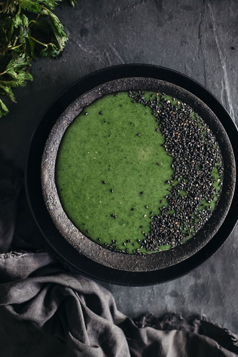 Creamy nettle soup and black sesame, with hormone balancing and detoxifying properties #vegan | TheAwesomeGreen.com