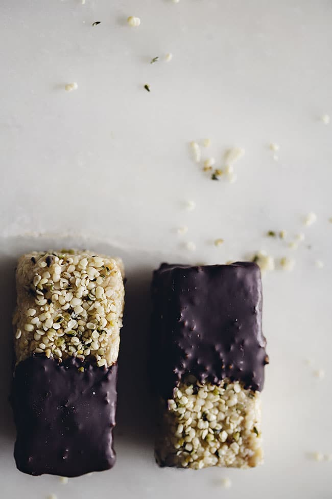 Protein Power Energy Bars, loaded with nut butter and #vegan chocolate to beat afternoon lazyness | TheAwesomeGreen.com