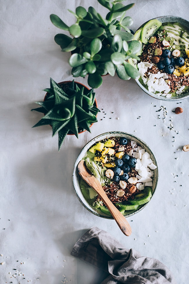 Green Smoothie Bowl with tahini, fresh fruits and avocado #vegan | TheAwesomeGreen.com
