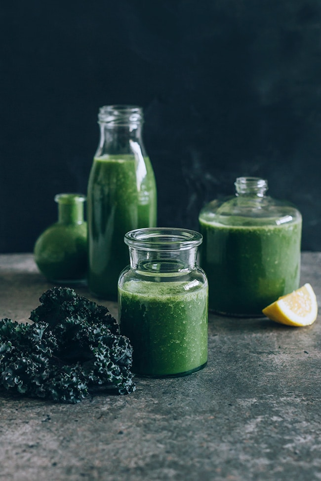 Radiant skin smoothie with kale, pineapple and matcha | TheAwesomeGreen.com