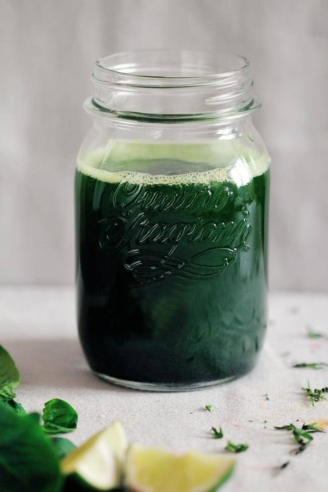 Green detox juice with spinach and lime #detox | TheAwesomeGreen.com