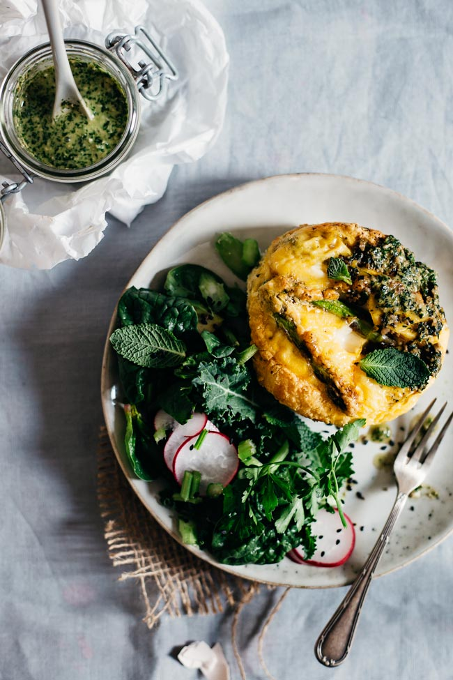 Crustless quiche with mint pesto and asparagus, served with fresh salad, a great #Easter brunch recipe | TheAwesomeGreen.com