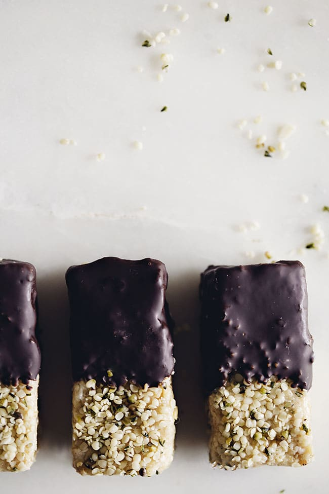Chocolate Energy Bars loaded with healthy fats and protein to boost your energy and fuel your cells activity #vegan | TheAwesomeGreen.com