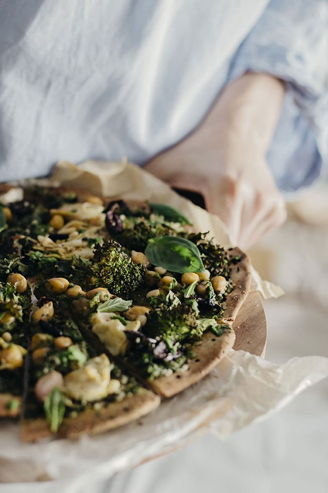 Very Green Pizza with Kale Pesto #pizza #vegan | TheAwesomeGreen.com