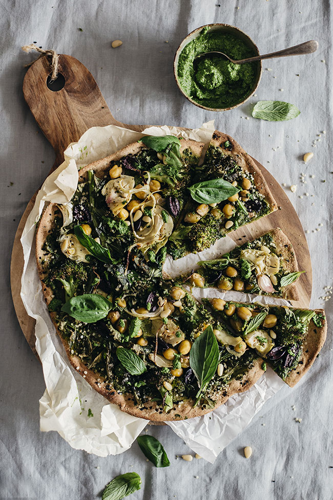 Very Green Pizza with Flatbread Crust and Kale Pesto #vegan | TheAwesomeGreen.com