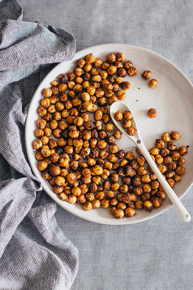 Spicy roasted chickpeas with mustard #vegan #snack | TheAwesomeGreen.com