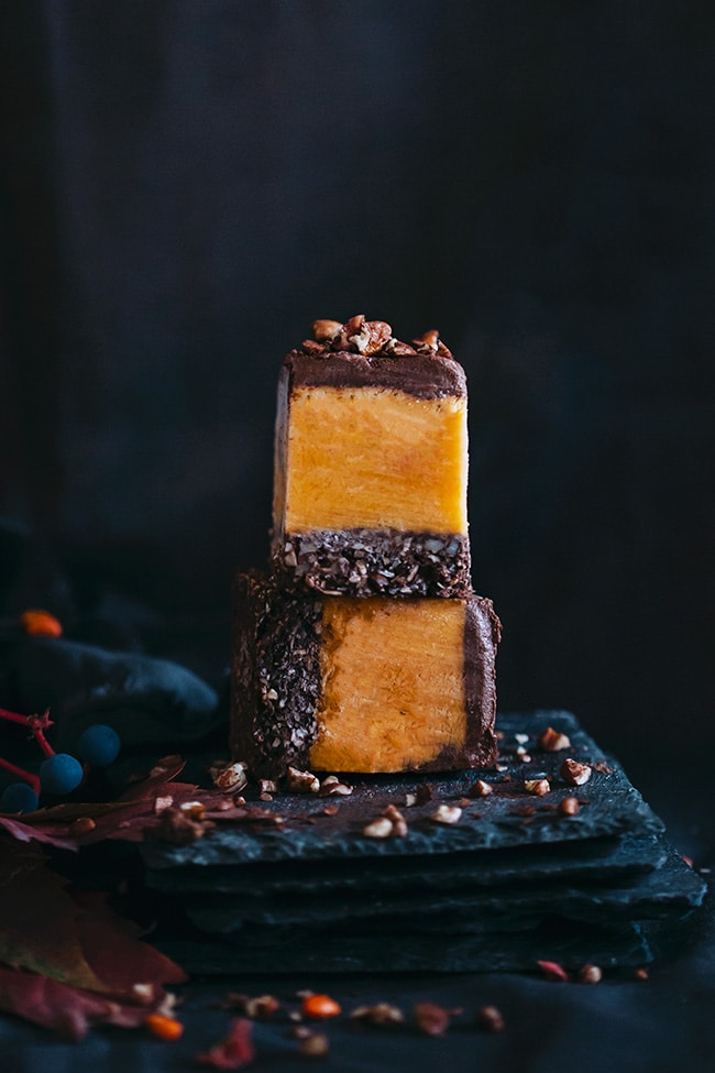 Easy pumpkin fudge, with pecans and chocolate, the perfect Halloween treat #vegan | TheAwesomeGreen.com