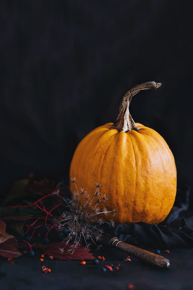 Pumpkin, pecans and chocolate fudge, the perfect Halloween delight #vegan #gluten-free | TheAwesomeGreen.com