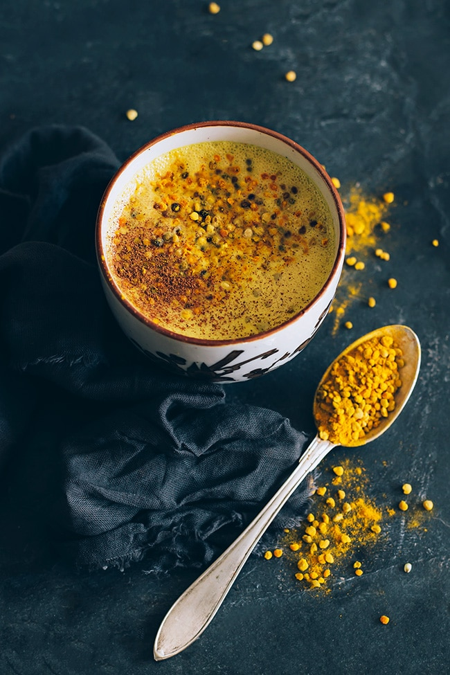 Hormone balancing turmeric latte | TheAwesomeGreen.com