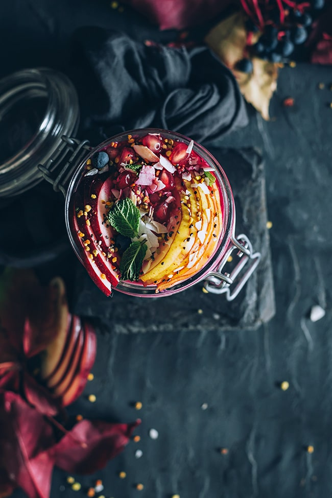 Overnight oats with beet juice, fresh fruits and coconut milk #vegan | TheAwesomeGreen.com