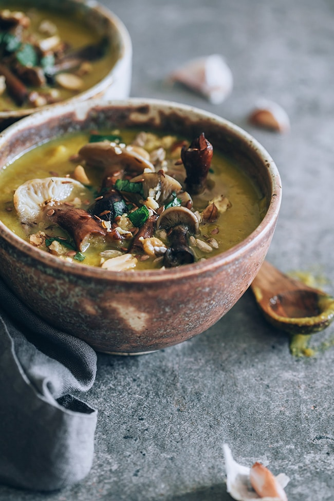 Creamy vegan mushroom soup #fall #soup #vegan | TheAwesoemGreen.com