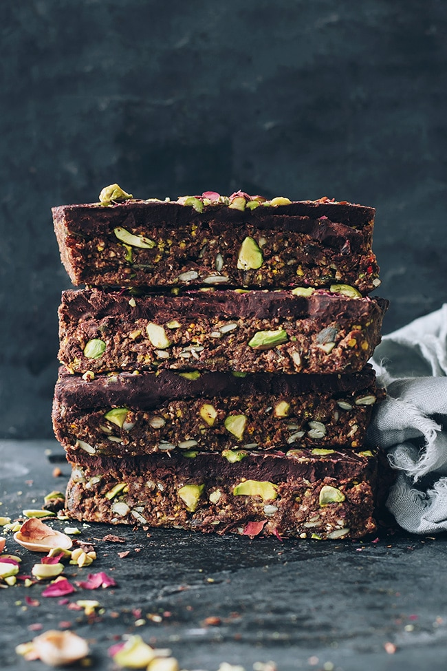 Gluten-free granola bars, loaded with pistachios and bee pollen #beepollen #pistachio #vegan #glutenfree #gluten-free #foodphotography #foodstyling| TheAwesomeGreen.com
