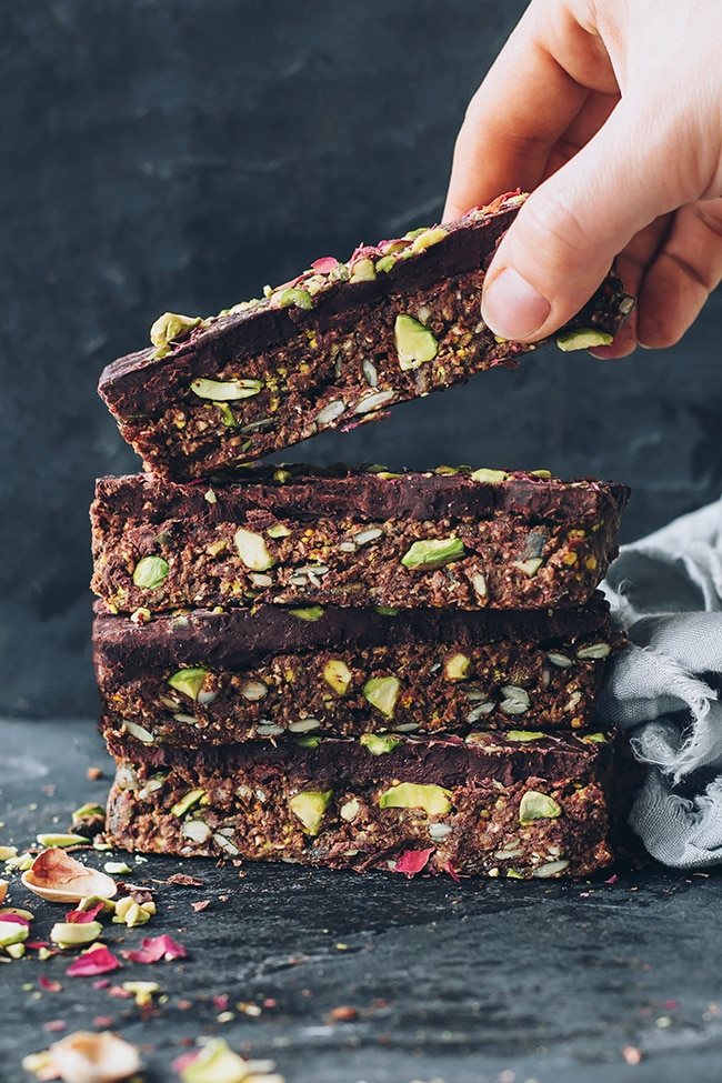 Gluten-free and vegan granola bars with pistachio #vegan #gluten-free #healthy #breakfast #foodphotography #foodstyling | TheAwesomeGreen.com