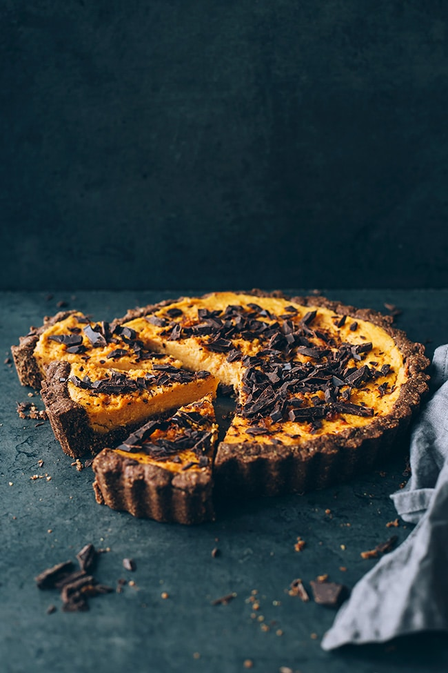 Vegan sweet potato pie, with walnut and dates crust #thanksgiving #sweetpotato #dessert #vegan | TheAwesomeGreen.com