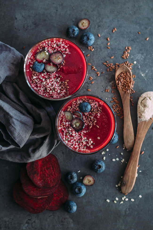 Beet smoothie with blueberries, hemp and flax, a natural PMS relief #raw #beet #detox #hormonebalance #ashwaganda #adaptogens #foodstyling #foodphotography | TheAwesomeGreen.com
