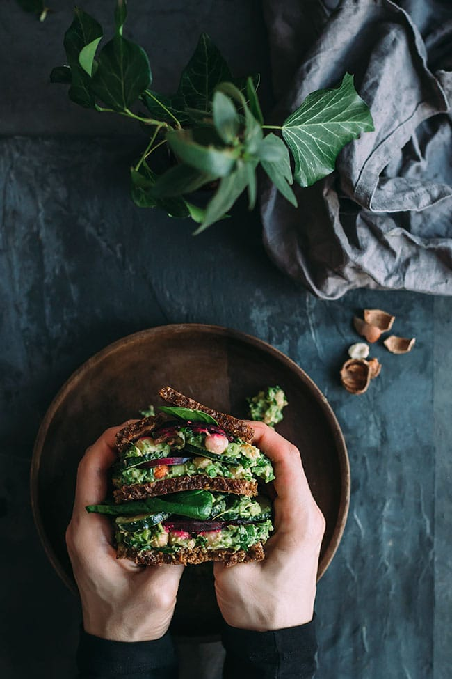 Chickpea salad sandwich with herbed avocado, spinach and beet chips Chickpea salad with herbed avocado cream #vegan #chickpeasalad #sandwich #healthy #chickpea #avocado #vegan #foodstyling #foodphotography | TheAwesomeGreen.com