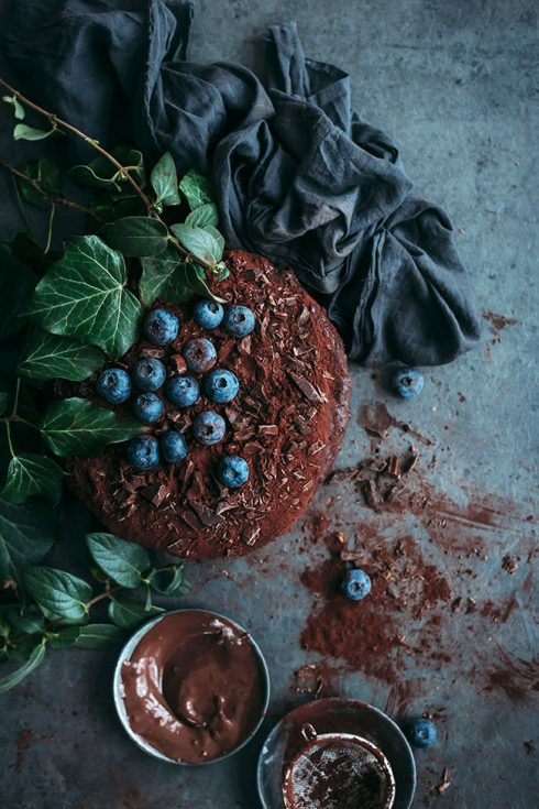 Vegan Chocolate Cake #vegan #chocolate #chocolatecake #dessert #easy #foodstyling #foodphotography #christmas| TheAwesomeGreen.com