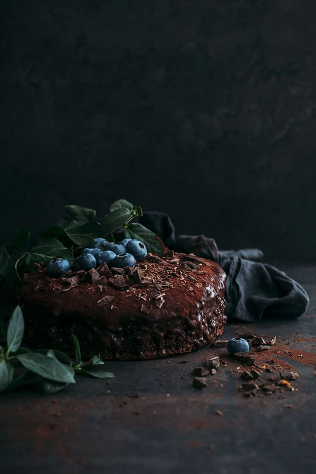 Simple and easy vegan chocolate cake #vegan #chocolate #chocolatecake #dessert #easy #foodstyling #foodphotography #christmas | TheAwesomeGreen.com