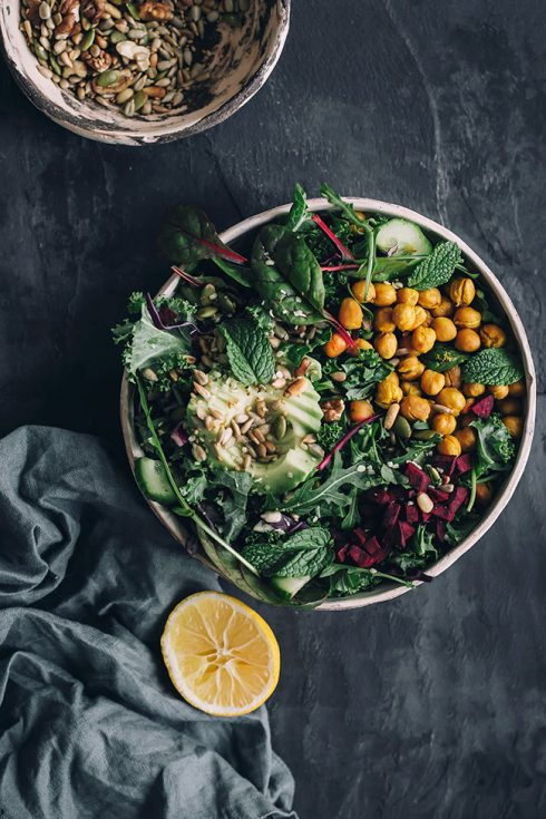 Hearty detox salad with kale and roasted chickpeas #detox #salad #healthy #vegan #foodphotography #foodstyling | TheAwesomeGreen.com