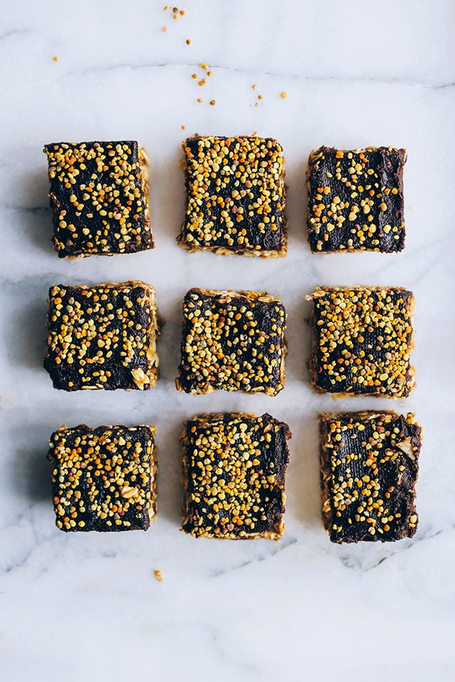 Peanut butter granola bars with bee pollen for balanced hormones #beepollen #healthy #hormonebalance #peanutbutter #snack | TheAwesomeGreen.com