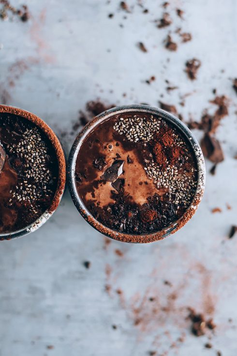Vegan hot chocolate to restore your energy levels #energydrink #hormonebalance #vegan #hotchocolate | TheAwesomeGreen.com
