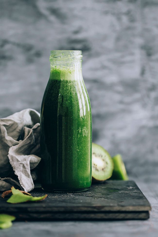Green power energising breakfast smoothie with matcha, maca and kiwi #cleanse #breakfast #smoothie #energydrink | TheAwesomeGreen.com
