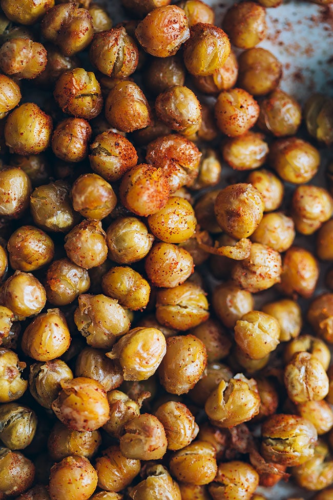Really crisp roasted chickpeas #snack #chickpeas #vegan | TheAwesomeGreen.com