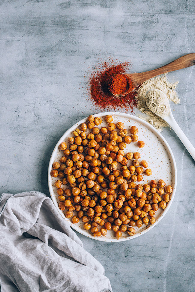 Oven roasted chickpeas that are actually crisp! #vegan #snack #chickpeas | TheAwesomeGreen.com