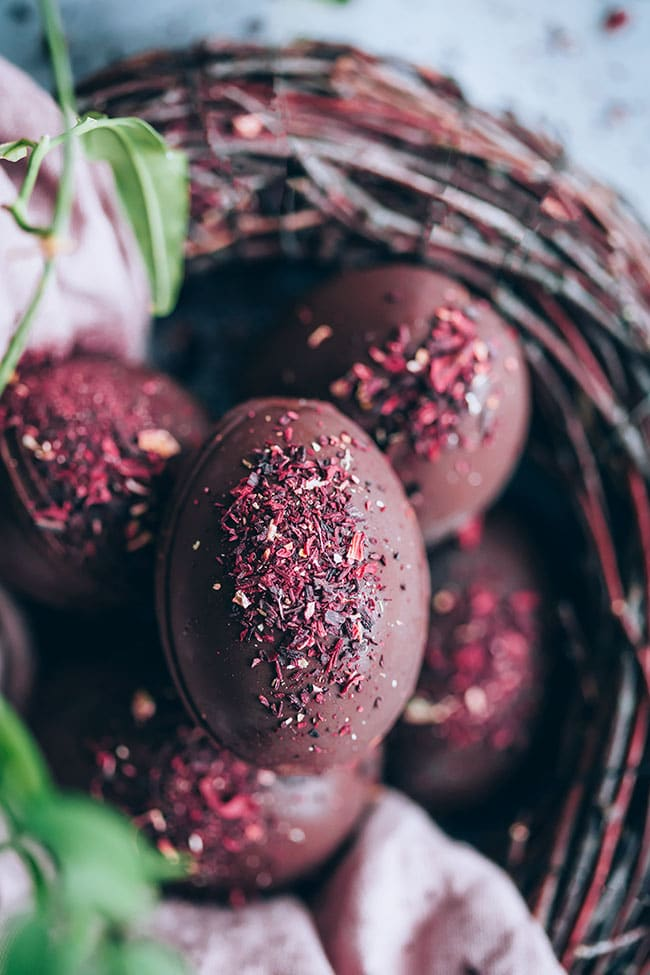 Chocolate hibiscus Easter eggs #chocolate #dessert #easter #easterdessert | TheAwesomeGreen.com