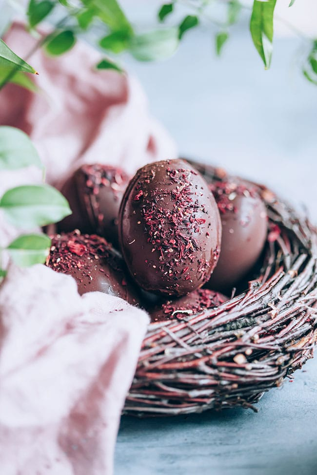 Chocolate Easter eggs nest #chocolate #Easter | TheAwesomeGreen.com