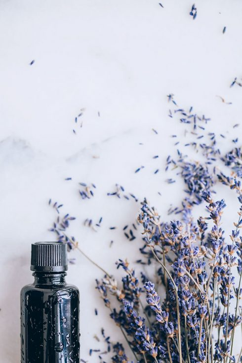 Essential oils for sleep, a natural way to cure insomnia #lavenderoil #essentialoils #wellness #diffuser | TheAwesomeGreen.com