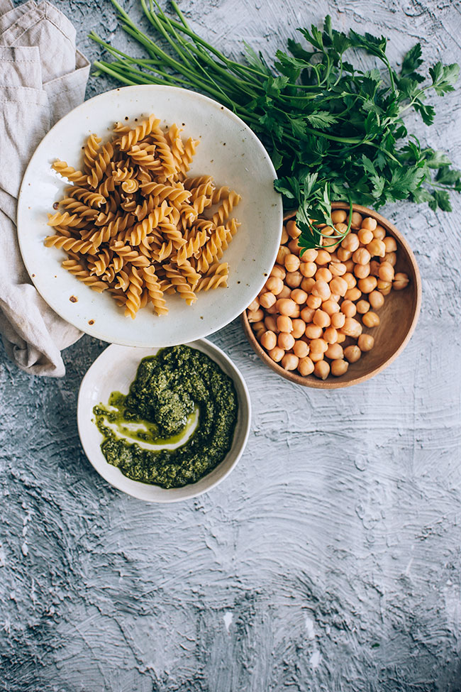 Vegan pasta salad with pesto and roasted chickpeas #pasta #vegan #salad #chickpeas | TheAwesomeGreen.com