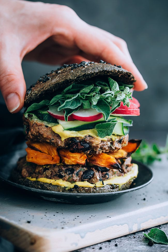 Easy veggie burger with black beans and quinoa #vegetarian #blackbeans #quinoa #veggieburger | TheAwesomeGreen.com