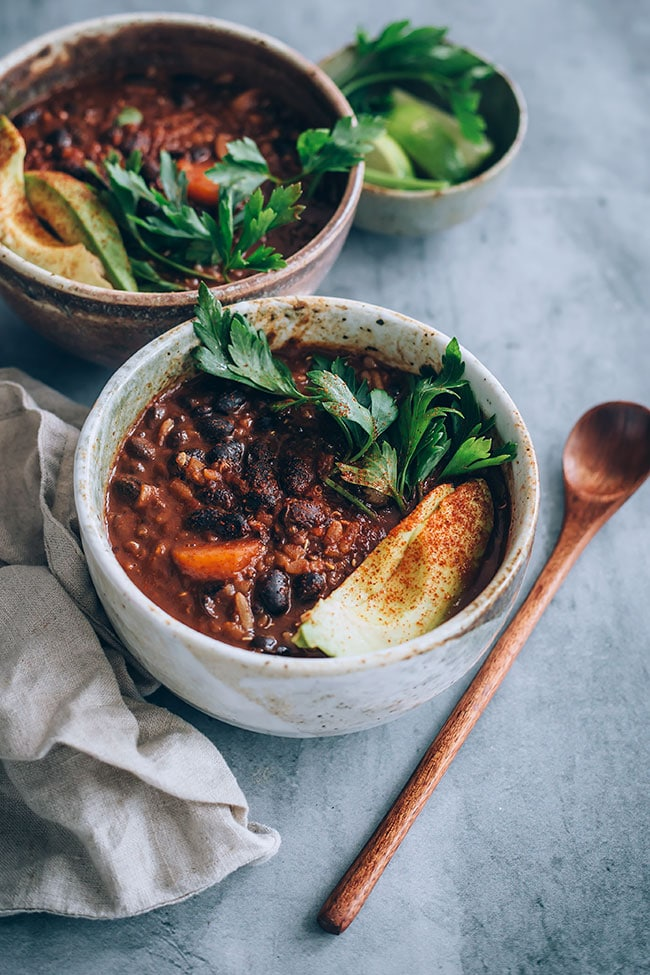 Vegan black bean soup with avocado #blackbean #soup #vegan | TheAwesomeGreen.com