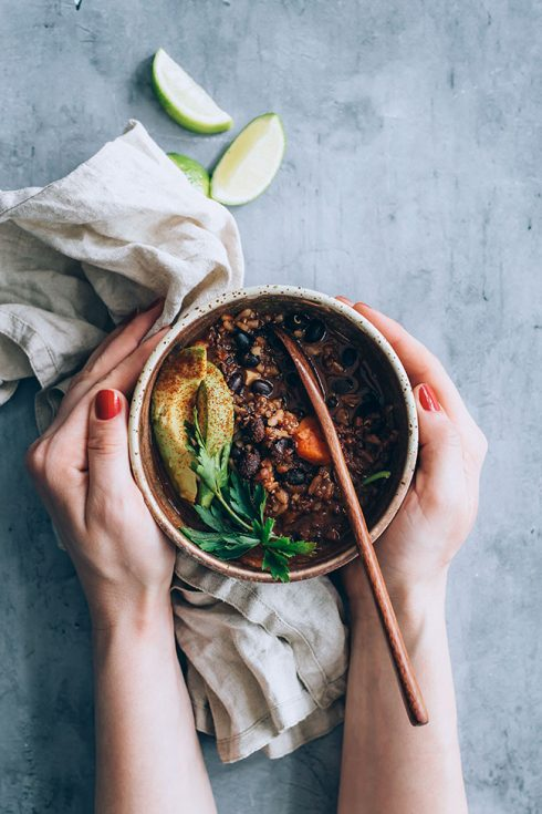 Very easy black bean soup with quinoa, rice and avocado #vegan #blackbeans #soup | TheAwesomeGreen.com