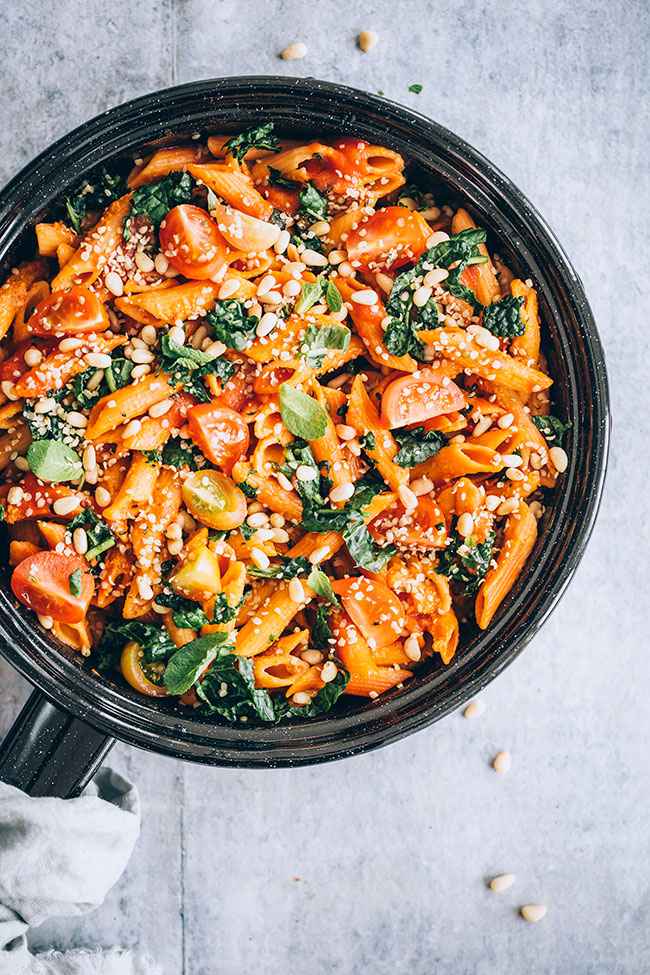 Gluten-free lentil pasta with kale and simple tomato sauce #vegan #pasta #glutenfree #meatlessmonday | TheAwesomeGreen.com