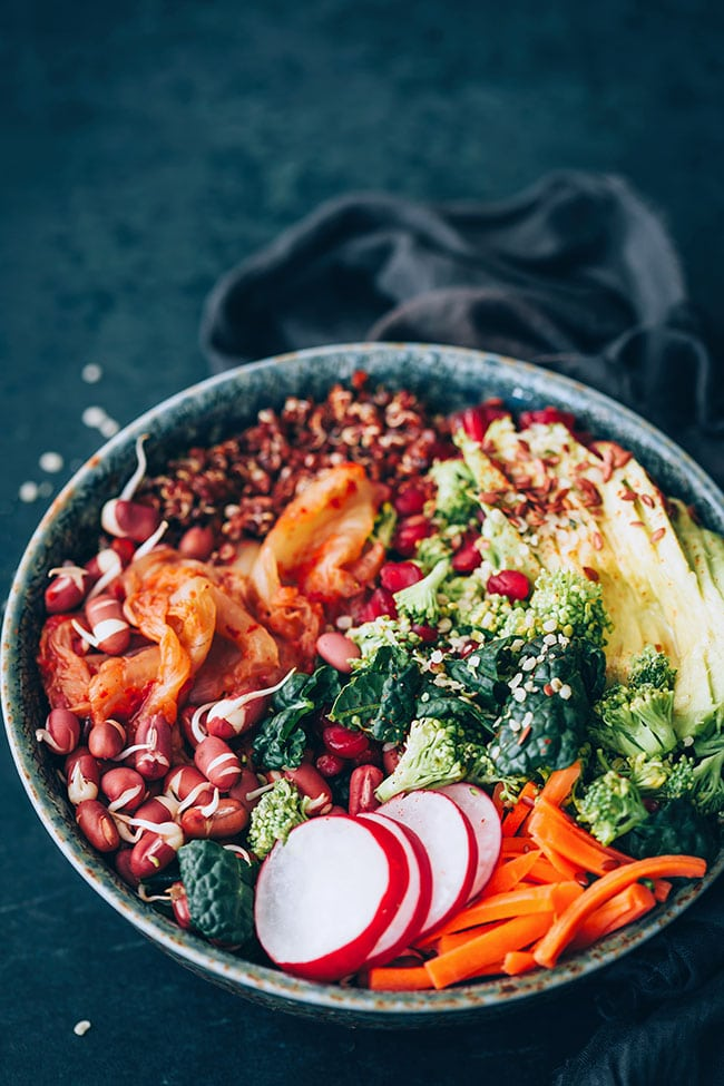 Filling superfood salad with quinoa, pomegranate, kale and sprouted beans #healthy #salad #hormonebalance #detox | TheAwesomeGreen.com