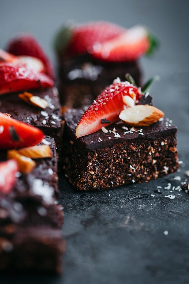 Simple, no-bake strawberry brownie #vegan #chocolate #strawberry #brownie | TheAwesomeGreen.com