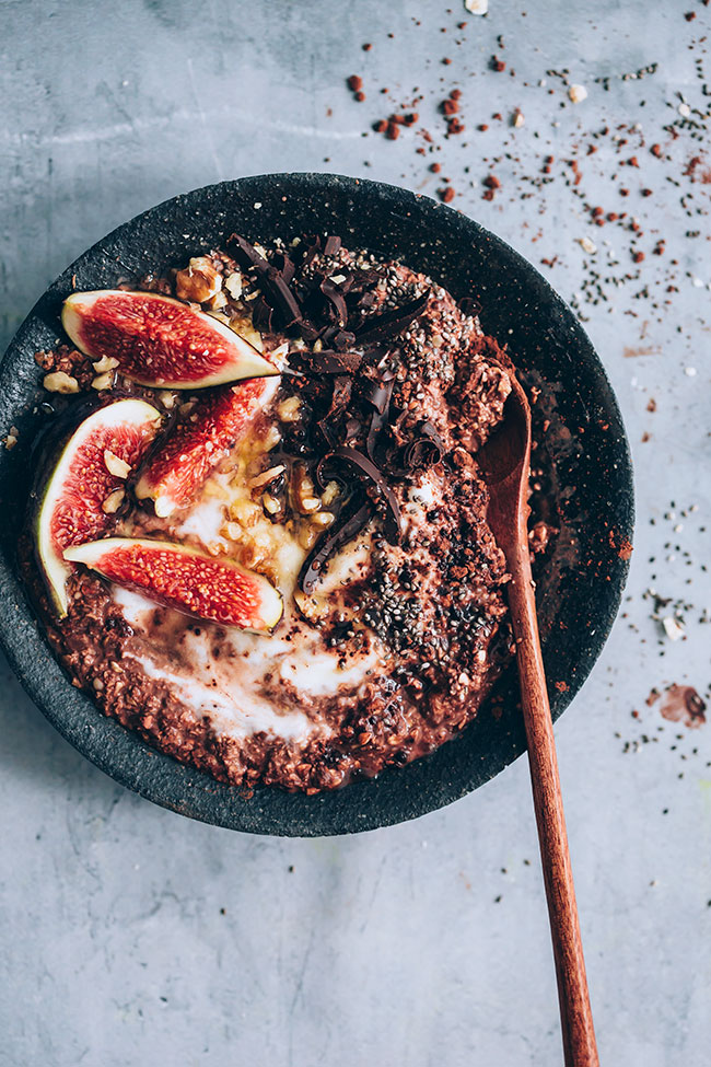 Chocolate overnight oats with figs and yogurt #breakfast #healthy #detox #cleanse #autumn #figs #oats | TheAwesomeGreen.com