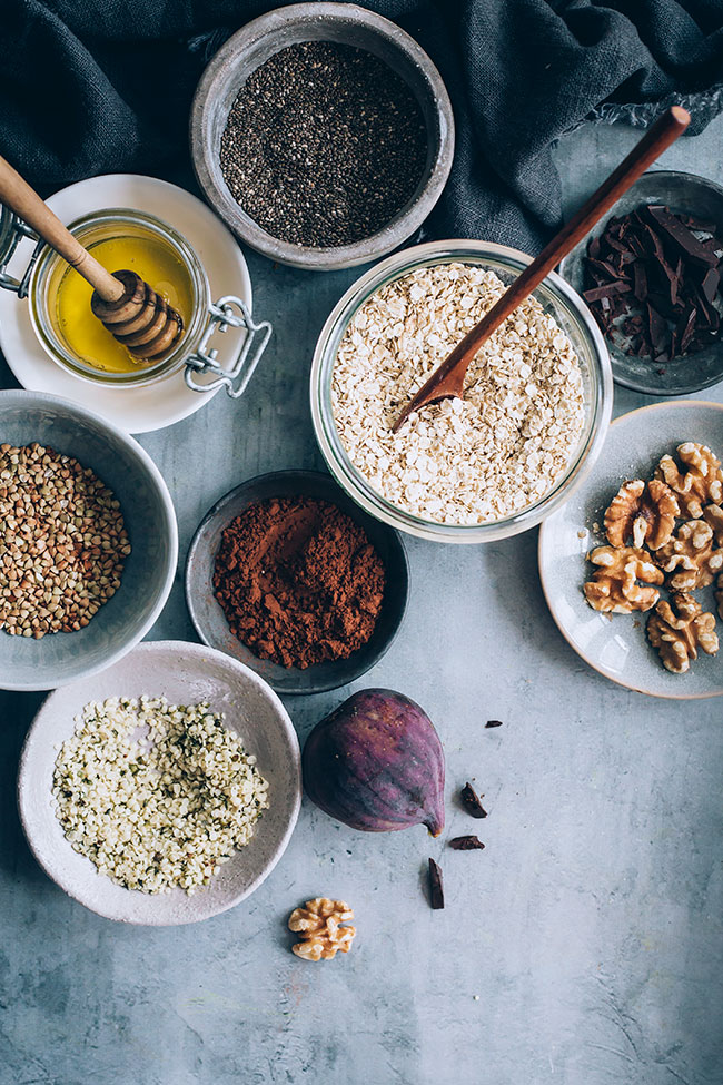 Chocolate overnight oats ingredients #oats #breakfast #healthy #autumnrecipe   TheAwesomeGreen.com