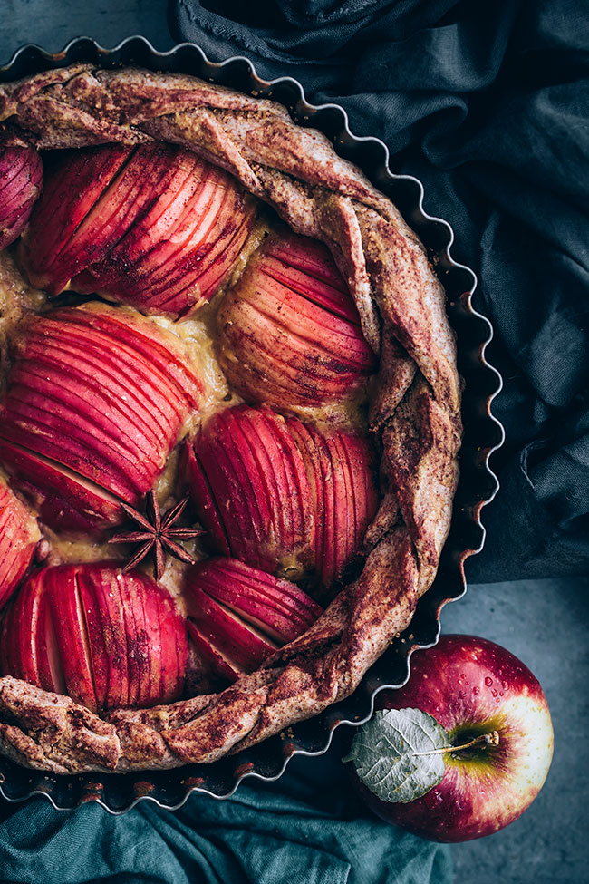 Simple apple pie recipe with caramel #vegan #apples #applepie #pie #fallrecipes | TheAwesomeGreen.com