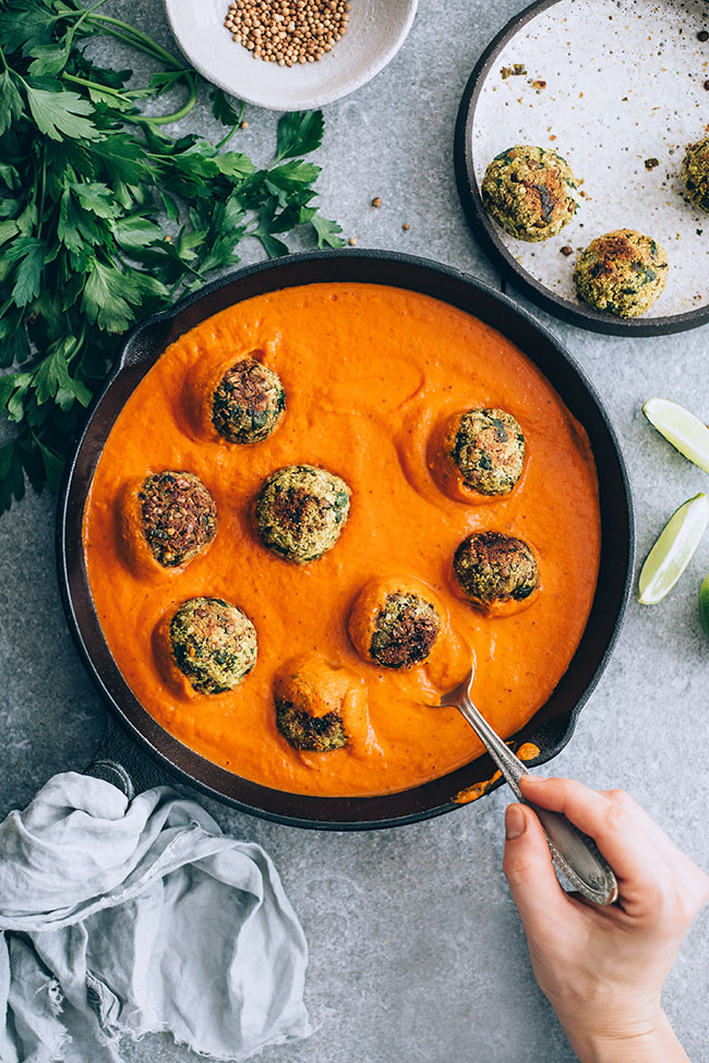 Easy lentil meatballs in spiced tomato coconut sauce #pumpkin #lentil #meatballs #vegan | TheAwesomeGreen.com