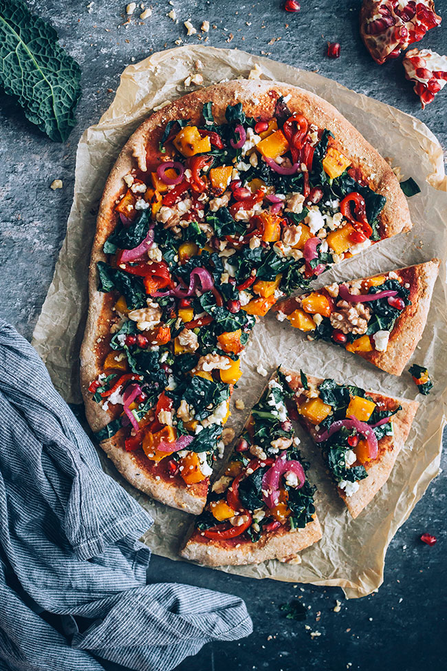 Vegetarian pizza with my favourite autumn toppings - pumpkin, kale, bell pepper and goat cheese #vegetarian #pizza #kale #pumpkin | TheAwesomeGreen.com