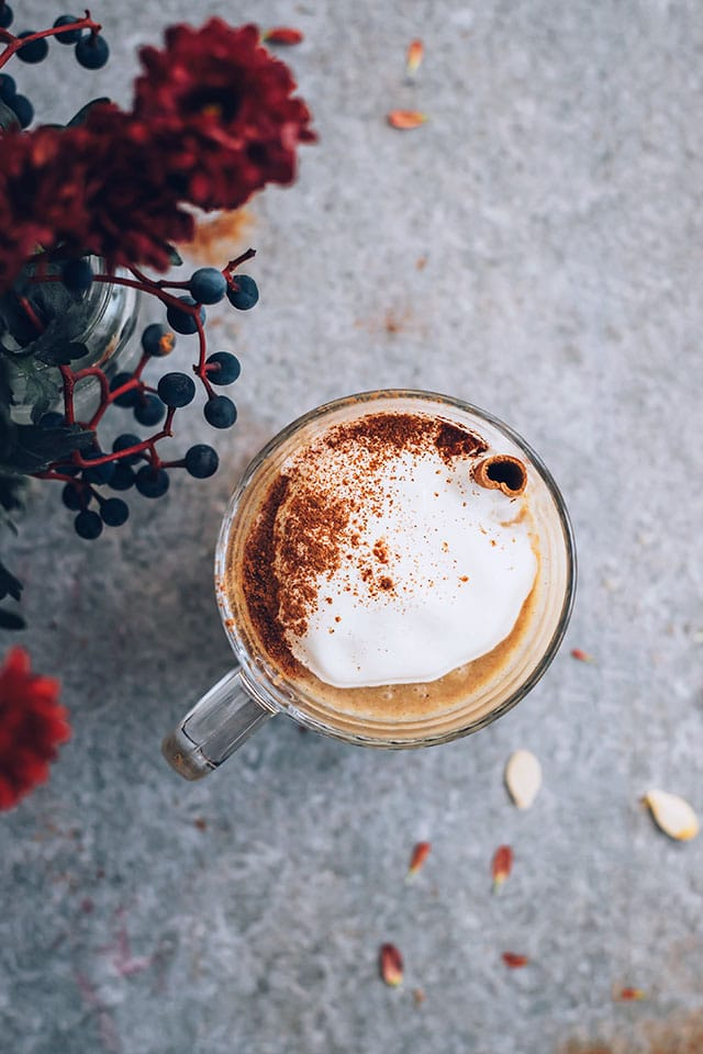 Pumpkin spice latte, dairy-free and refined-sugar free #vegan #pumpkinspice #pumpkin #latte | TheAwesomeGreen.com
