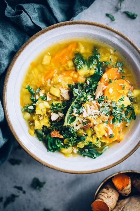 Anti-inflammatory lentil turmeric soup #vegan #soup #turmeric #lentilsoup #antiinflammatory | TheAwesomeGreen.com