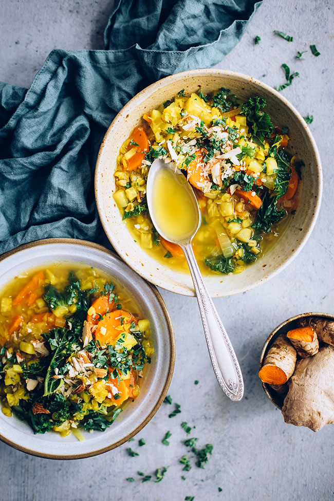 Red lentil, turmeric and kale soup #vegan #soup #detox #antiinflammatory | TheAwesomeGreen.com